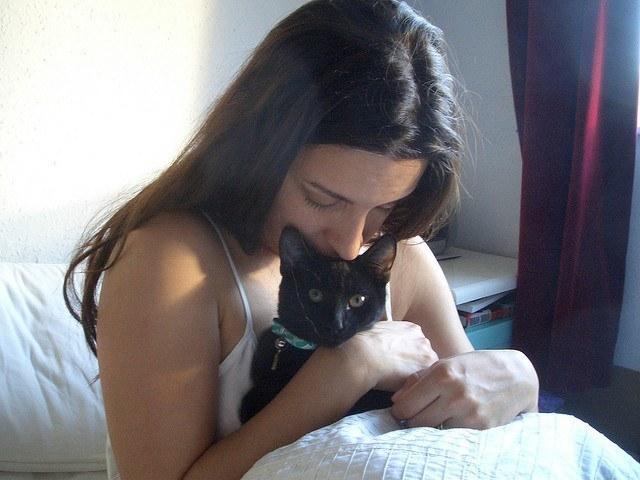 http://www.animaltia.es/wp-content/uploads/2013/03/chica-con-gata.jpg